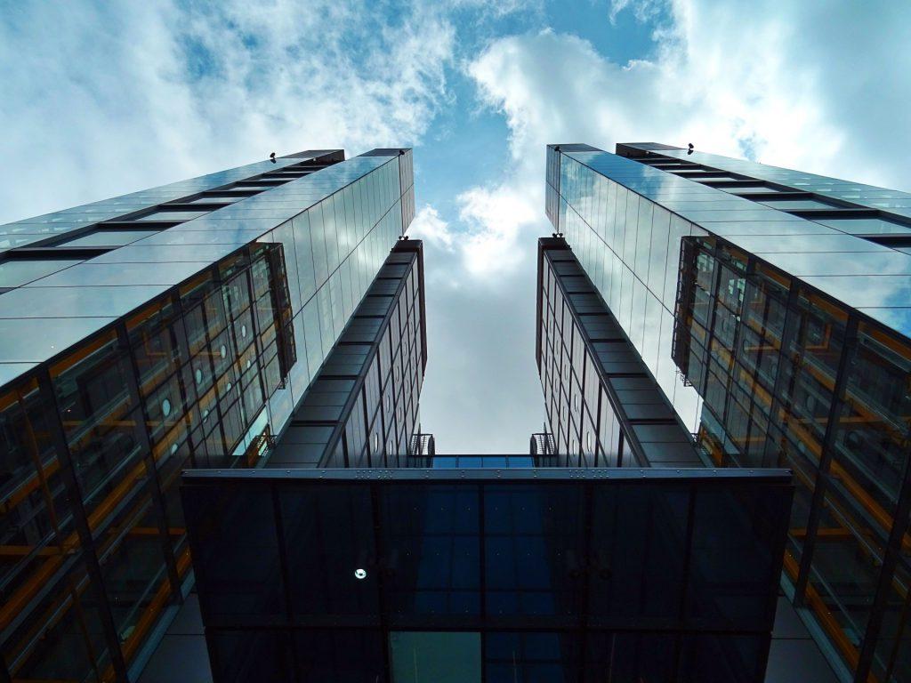 Architektur Design mit blauem Himmel